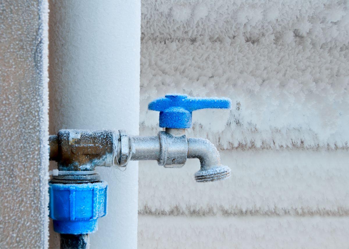 frozen-faucet-in-winter-PYFABAR