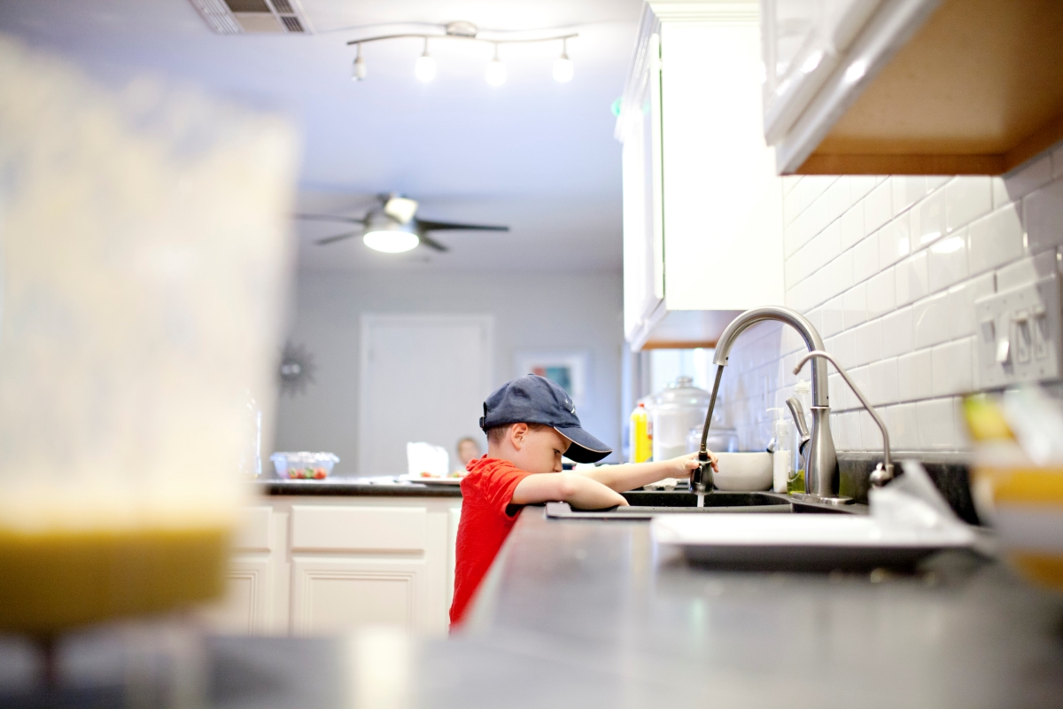 boy-washing-his-dishes-in-the-kitchen-sink_t20_OxbN0g