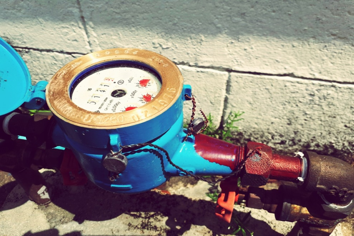 outdoor-water-meter-with-brass-pipe-abd-valve-on-cement-floor_t20_W7Pdv4